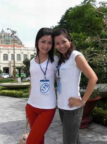 还在校园的越南90后们,穿着清新简单的T恤和牛仔裤。