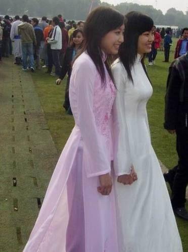公共场合,穿着奥黛的越南90后少女们。