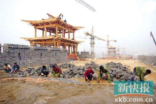 2010年9月15日清晨,工人们登上城墙施工。