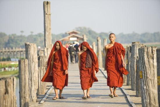 走在乌本桥上的僧侣
