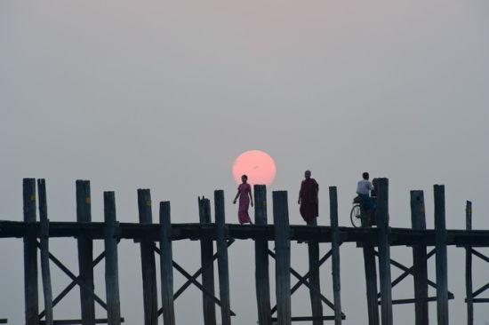 乌本桥日落景象