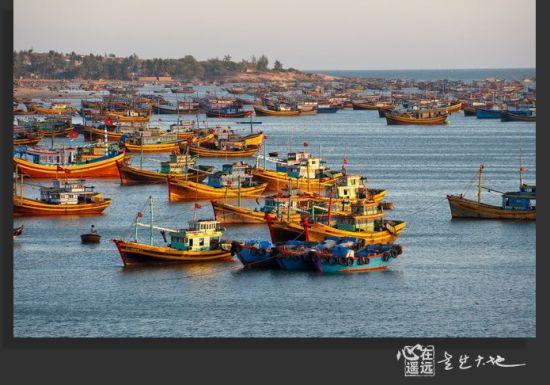 海面上停着数以千计的渔船