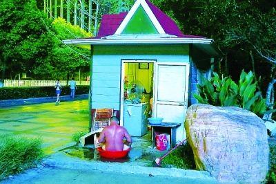 男子公园亭子门口洗澡。图片来自网络