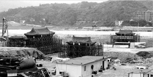 """8月14日,正在被""""顶升""""的山门(左)和东、西宫门全景。 本报记者 赵端 摄"""