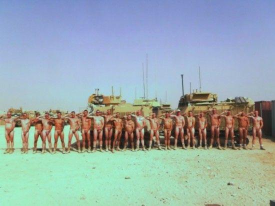 英国皇家士兵在坦克面前拍裸照