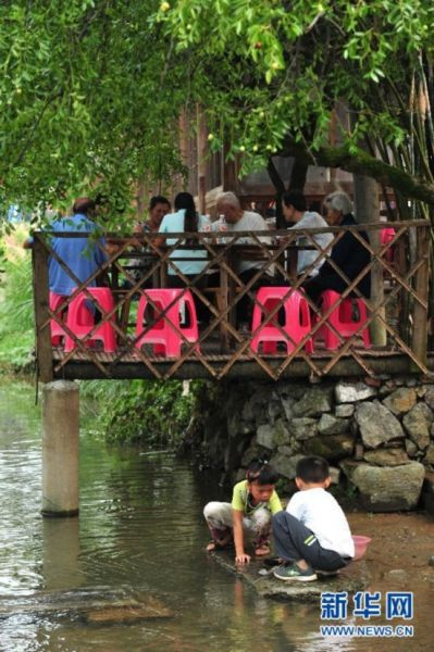 两名儿童在湖北省咸宁市桂花镇刘家桥村的小溪边玩耍