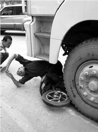60岁的伤者左腿卡在车轮下被拖行了十余米。