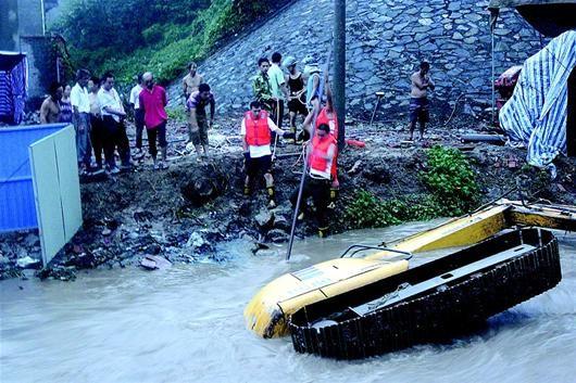 昨晚7时许,一辆面包车和一台挖机不慎翻入合益沟中,救援人员展开施救。昨晚9时40分许,挖机司机遗体在下游500多米处被发现。