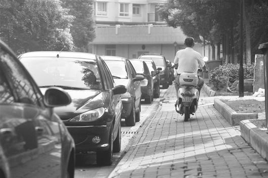 图为:汉口一小区内,车行道上停满车辆 (记者曹大鹏摄)