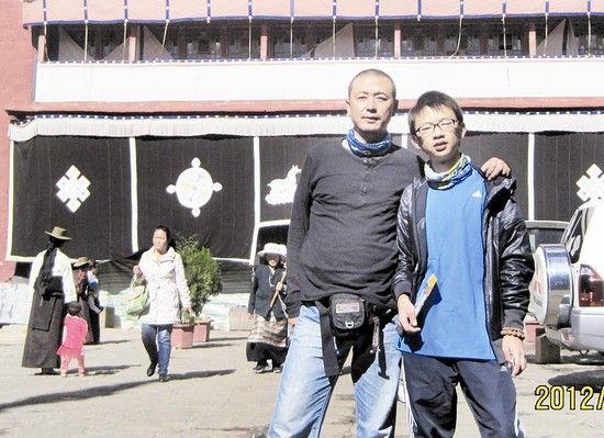 图为:父子俩在小昭寺前留影﹙图片为当事人提供﹚