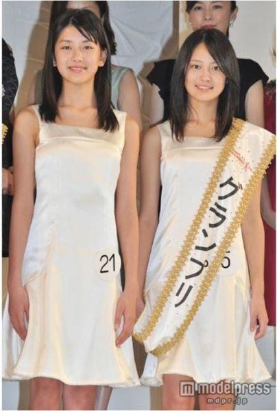 吉本现在是福冈县北九州市的高中一年级学生,小泽是新泻县新泻市的初中一年级学生。