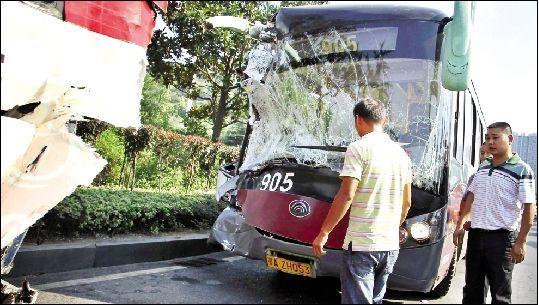 乘客称公交司机开车时睡觉。昨日,汉阳古琴台,肇事车辆905公交的车头与前方524公交的车尾都被撞得严重变形。本报记者 傅坚 摄