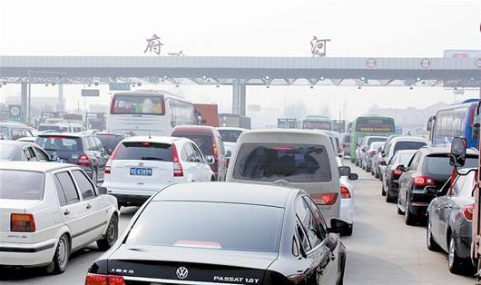 自驾出游热情高涨   昨日上午,记者在武汉街头随机调查了17位私家