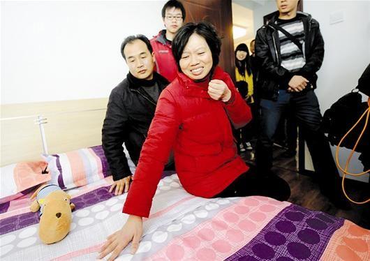 图为:走进在武汉的新家,余双英喜极而泣。
