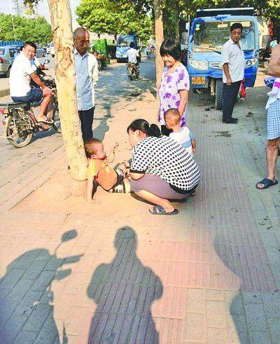 武汉一小男孩宁愿被绑在树上也不愿意去上学