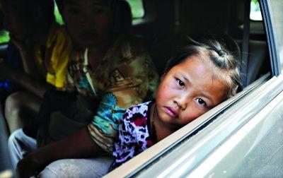 彝良县重灾区洛泽河镇,等待转移的小女孩。