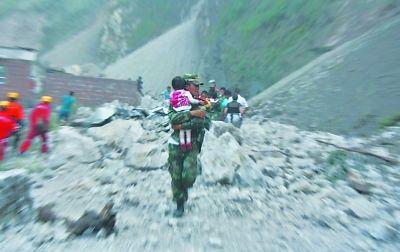 救援士兵救出一名小女孩。