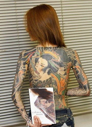 女子秀纹身