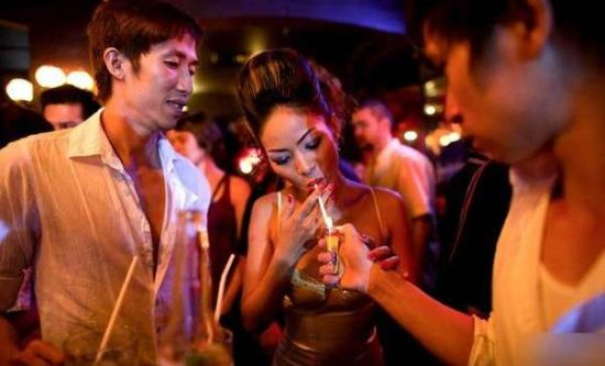"""抽烟泡吧玩高尔夫 越南女性鲜为人知的""""新生活"""""""