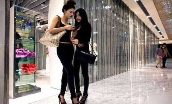 胡志明市,模特Van Doll和好友在商场内逛街。