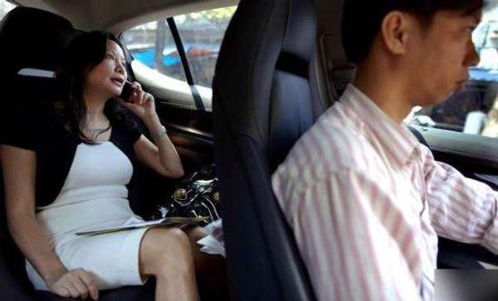 胡志明市,一名越南女老板在自己的保时捷专车内打电话。