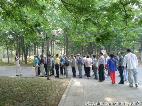 旅游团成员列队准备向伟大领袖鲜花鞠躬
