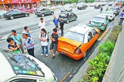 图为追尾车辆停在路边等待交警调查。记者杨涛 摄