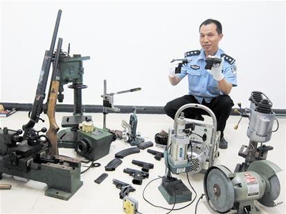 楚天都市报讯 图为:民警展示查获的枪支及制枪设备