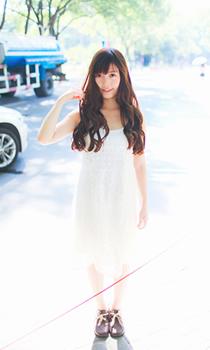 穿着白裙 飘着长发