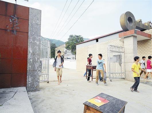 两名学生往家搬以前留在学校的旧课桌