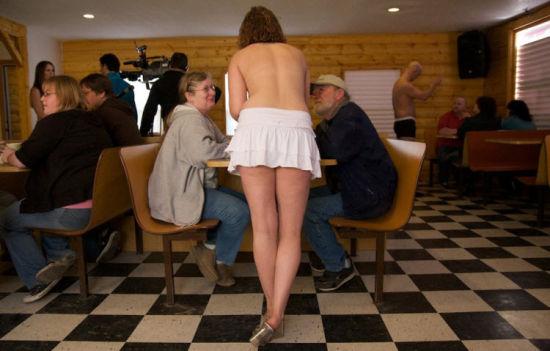 实拍美国裸身服务咖啡店、