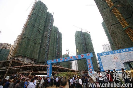 武汉工地载人电梯从30层突然坠落现场