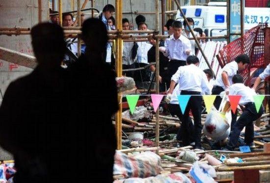 9月13日,救援人员在现场进行搜索。新华社记者 程敏 摄