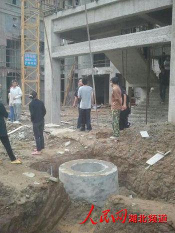 记者采访武汉工地电梯事故遭施工方阻拦动粗
