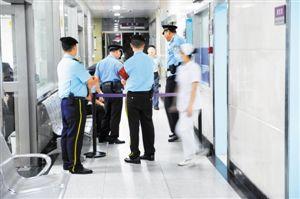 昨夜11点50分,在罗湖医院急救室门口有警察把守,受伤警员在里面抢救。