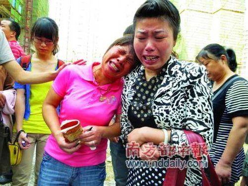 昨天,36岁的遇难者梅桂生的妻子雷四芹(左)和众亲属赶到现场,失声恸哭