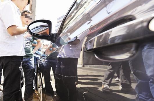 图为:汽车被刮伤