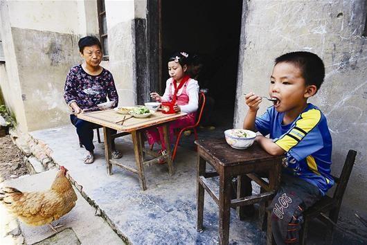 陪读村里的一顿简单午饭 记者叶茂林摄