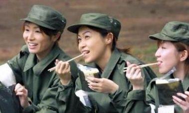 女兵们谈笑风生