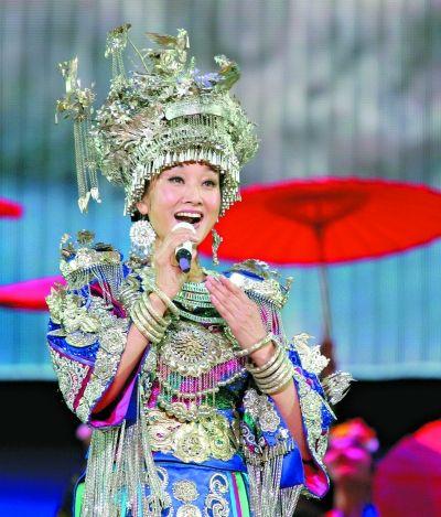 图为: 宋祖英着炫目的苗族传统服饰演唱现场