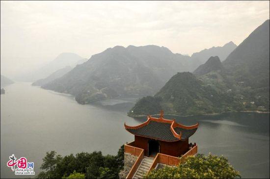 游客可以从清江岸边的武落钟离山山顶俯瞰四周。