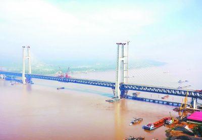 黄冈长江大桥主跨钢梁昨日在江心合龙。通讯员 孙奇忠 摄