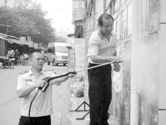 """李彪(左)和岳父一起""""除癣"""""""