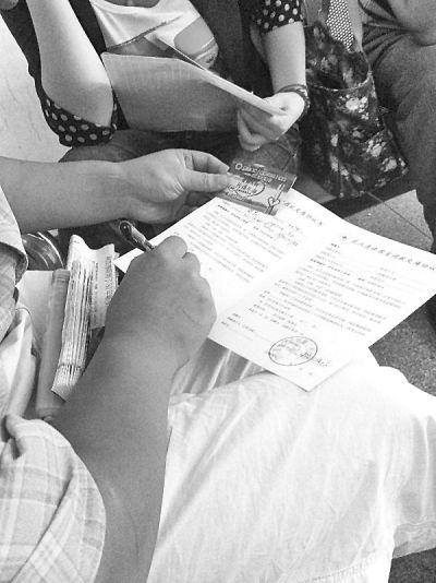 图为沈澄填写遗体捐赠协议书并签字。