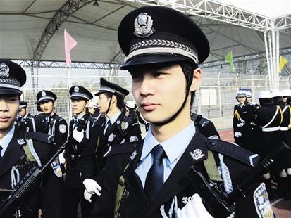 楚天都市报讯 图为:覃荆龙生前曾是英武帅气的仪仗队员