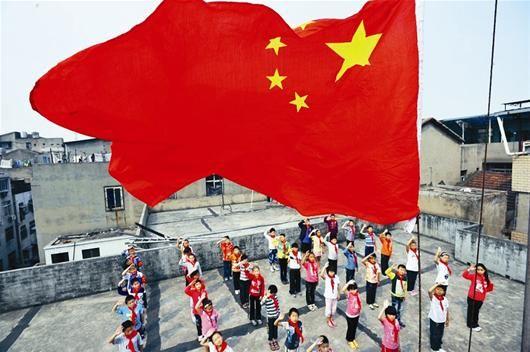 """屋顶的""""操场"""",学生们在这里举行升旗仪式,他们即将走进公办学校就读。"""
