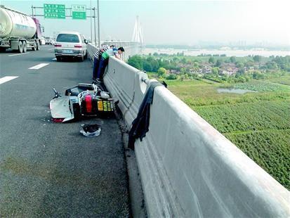 电动车在桥上,车主却在桥下