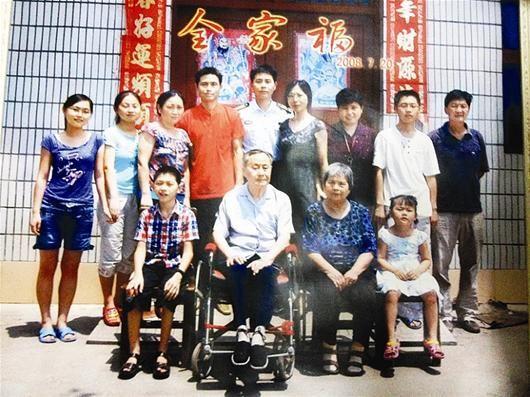 梅文(后排左五)全家福