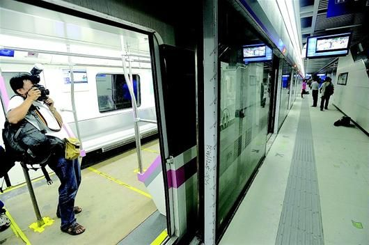 地铁2号线体验之旅到了螃蟹岬站 记者程铭摄