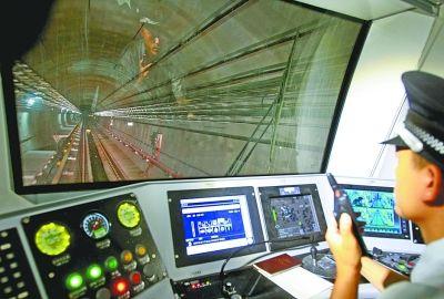昨天,武汉轨道交通2号线试运行,下图为车厢内运行线路显示屏。记者蔡晓智 摄
